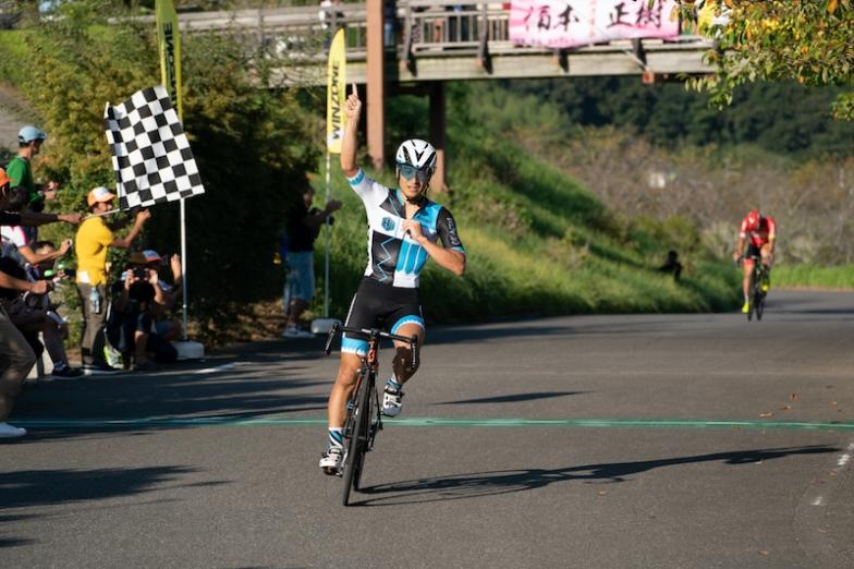 安藤を突き放した岩島が2度目の優勝を飾った。全日本最速店長選手権を2度制したのは2012年、2014年優勝の大石一夫に続いて史上2人目
