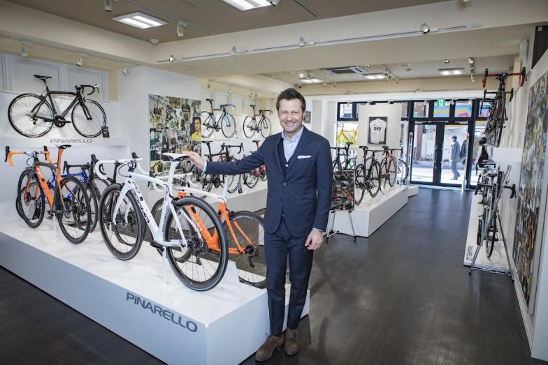 歴代のピナレロ・レーシングモデルを手がけてきた同社CEOファウスト・ピナレロ氏が川崎店オープンを記念して駆けつけた