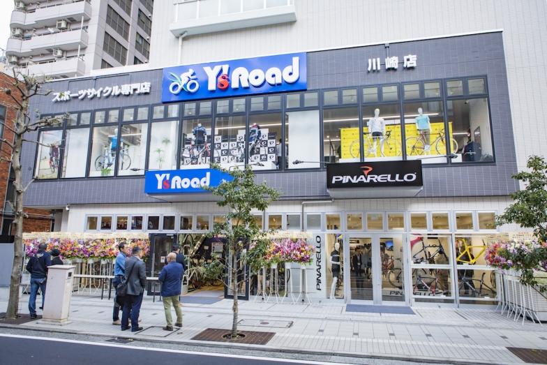 店舗外観。川崎店入口横にはピナレロルームが高級ショールームのようなディスプレイ展示を広げる