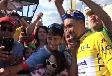 ツール・ド・フランス2019年大会。ファンに囲まれて写真を撮るマイヨ・ジョーヌのアラフィリップ (第5ステージ終了時 撮影)