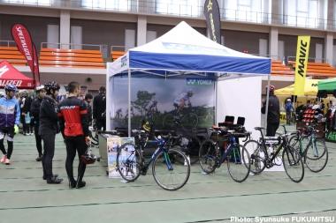 ヨネックスブースではKINAN Cycling Teamの使用で注目される「カーボネックスHR」などの展示・試乗のほか、カタログ配布やスタッフによるバイク解説も行われる