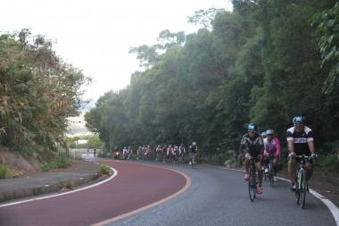 チャレンジサイクリングの今年のコースは、いきなり上り。固まりになっていた参加者が早くもバラけ始める。