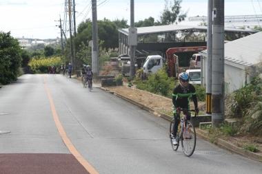 中盤から後半にかけてもアップダウンは続くので、少しずつ脚にはくるはず。獲得標高差は約1400m。自転車から押して歩く参加者もいた。