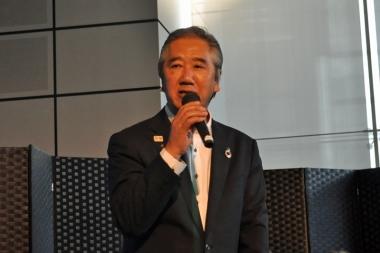 挨拶で自転車保険の加入義務化が十分には周知できていないと話す神奈川県の浅羽義里副知事