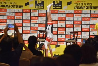 ゲスト出演した入部正太朗は、ブレのない見事な逆立ちを披露。体幹トレーニングに 取り入れているのだという
