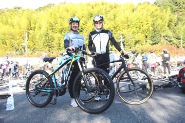 こちらのご夫婦は、奥さんがBESVのeバイクで参加。ドマーネSLRで走る旦那さんも「坂では追いつけないんです」と笑う