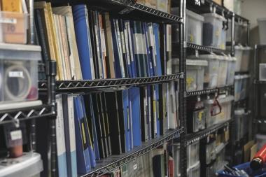 ●これまでに設計したフレームや選手たちのデータがぎっしり棚に並んでいる。バイオメカニクスに関する書籍があるのもアンカーならでは