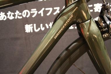 レーシングラインとは異なり、アクティブラインのバイクにはブリヂストンのロゴがダウンチューブに控えめに配される