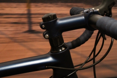 アクティブラインの最上位モデル「RL9」のステムには、フレームと同じ色の塗装が施されている