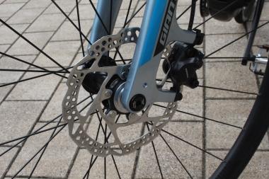 もはや標準装備となった前後ディスクブレーキ。12mmスルーアクスルは重量のあるeバイクを操作するうえで求められる剛性を確保する