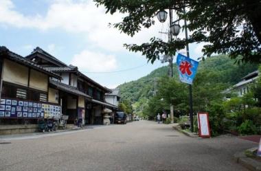 【醒井宿】日本遺産 中山道61番目の宿場町。地蔵川の流れに沿って、今も風情ある街並みが続いている
