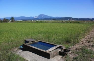 【世継のかなぼう】「かなぼう」とは水の湧き出ている泉とその洗い場を総称した名称で、湧き出る水は「カナケ」と呼ばれる。
