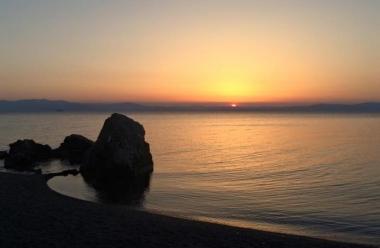 【烏帽子岩】琵琶湖を一望する景勝地の浜辺に浮かぶ4m四方の大きな岩