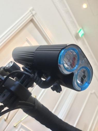 リモートスイッチはライト下面のマイクロUSBポートに接続。写真のモデルは1800ルーメンを誇る最強モデル『V9D-1800』(1万4800円)