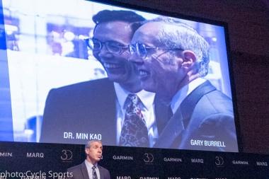 挨拶するガーミン社長兼CEOのクリフトン・A・ペンブル氏。スクリーンには創業者の2人