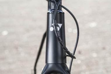 上1-1/8インチ、下1-1/2インチのテーパードヘッドを採用するのはリムブレーキ仕様と共通。ヘッドまわりの剛性の高さは、ディスクブレーキ仕様でも制動時やコーナーリングでの安定性として生きる