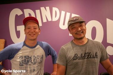 左:TKCプロダクションズの森本禎介さん、右:アバブバイクストアの須崎真也さん。グラインデューロに参加したことがあり、日本のアンバサダーを務める
