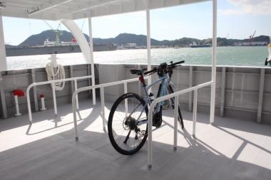 1階のスタンド付きのシティサイクルや電動自転車を駐輪するスペース