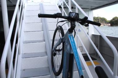 階段の角度は通常の船舶では45度の傾斜のところを、自転車の上げ下げがしやすいように33度に設定された