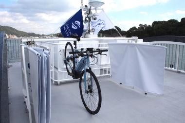 展望デッキにはサイクルスタンドが用意され、通常は保護シートで隣り合った自転車同士が木津付かないようにカバーされる