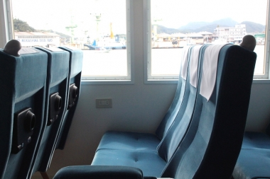 全ての席の窓側にはコンセントが2口ずつ設置。窓ガラスは99.9%のUVカット