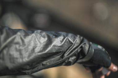 通常、防水透湿素材は表地、ゴアテックスメンブレン、裏地の3層構造ないし2層構造をとっているが、シェイクドライは表地がなくメンブレンが露出している構造となる。そのため、半永久的に撥水性が機能する