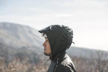 付属のフードは、雨天時にヘルメットの上から被ることができる優れもの。ツバがしっかりしており、 雨粒で視界が遮られるのを防ぐ