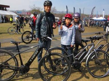 普段はロードバイクに乗る根本さん。「eバイクなら奥さんと子ども一緒に遊べますね!」