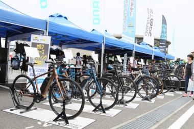 シマノのブースではグラベルコンポのGRXのほかに、eバイク向けコンポの「ステップス」シリーズを搭載した各社のeバイクがズラリと並んだ