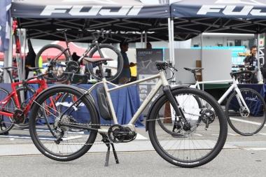 フジからシマノ鈴鹿で初公開された「BOOST U」のeバイク。長距離ツーリングに向けて多くの荷物を積載できる「ファーポイント」のほか、オンロード向けの「モチベイター」も発表