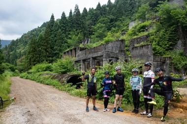 滋賀のラピュタ「土倉鉱山跡」で記念撮影。複数の廃墟マニアの方達にも遭遇しました