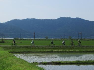 スタート直後は、田植えが終わったばかりの田んぼの真ん中を走行。この季節の醍醐味やね