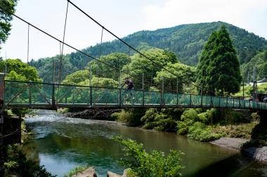 まさかの吊り橋にテンション上がりまくりの筆者。盛りだくさんのライドです