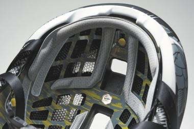 ●落車などで頭部が衝撃を受けた際に、脳障害を回避するための仕組みとなる多方向衝撃保護システム「MIPS」を採用している