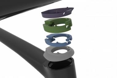 ワイヤーの内蔵化による整備性やポジション調整の課題をクリアにするため、一体型ハンドルからフレーム内部までを覆うスペーサーは簡単に分割でき、かつ十分な剛性を持つ