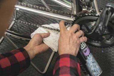 ルブの性能を発揮するには、塗布前にしっかりと洗浄してほしい、と幡野さん。その相棒としてチェーンクリーナー ジェットを薦める。中乾性で汚れ落ちが良く、一般サイクリストも扱いやすいという