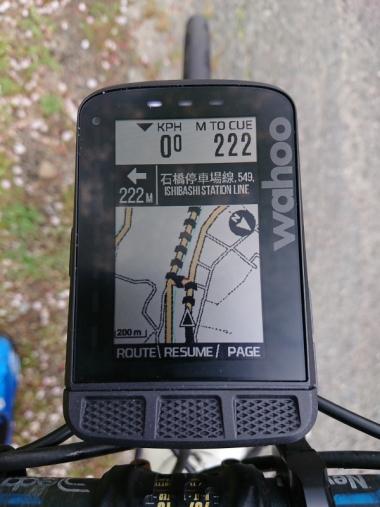ナビ画面。地図では主に県道レベルの幹線道路がカラー表示され、ルートは矢羽根で表示される。案内地点が近づくとLEDが光り、画面上に案内地点までの距離と進行方向が表示される。