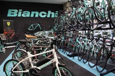 クロスバイクや小径車や電動アシスト自転車と、幅広いジャンルのモデルも勢揃い