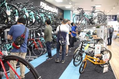 オープン初日から中四国各地からビアンキファンが来店、店内は熱気に包まれた