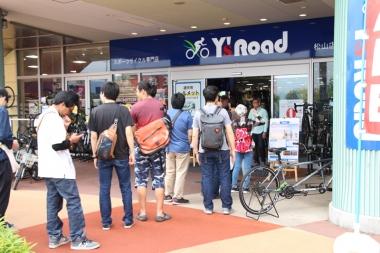 シングルブランドストアは四国最大級のショッピングセンター「エミフルMASAKI」内にあるエミアミューズ内に。年中無休でパーキングも多数ある