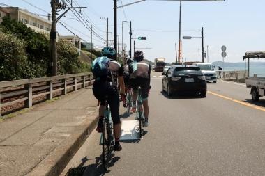 ビーチハウスへ向かって国道134号線を進む Photo:サイクルスポーツ編集部
