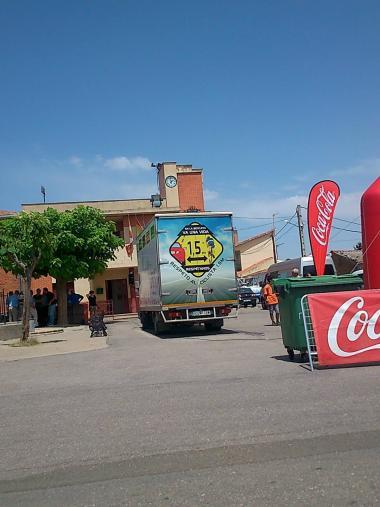ブエルタ・サモラスタート地点にあったトラック背面には自転車から1.5m離れて追い越そうというマーク
