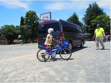 駐停車車両の側方通行を学ぶ児童の様子
