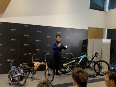 新商品プレゼンを行うBESVJAPANの澤山俊明社長「新たにMTBの2モデルも追加することで、国内のeバイクラインナップでは最多となります。自分にぴったりの一台を選んで下さい」