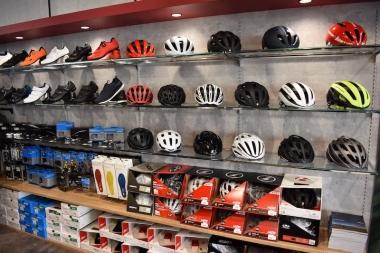 ヘルメットやシューズなどのアクセサリーも豊富に取り揃えている。