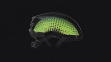●頭部への斜めの衝撃を吸収することを目的に開発されたウェーブセル(写真の緑部)。転倒時の軽度の脳障害の発生を1.2%に抑える