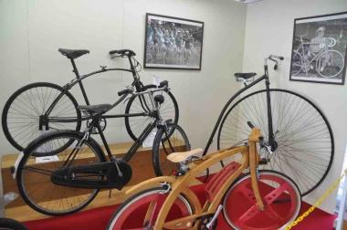 奥からBSA、トライアンフ、イタリア・オルモ社の木製自転車。壁の写真パネルはツール・ド・フランス