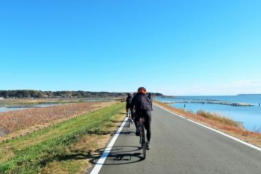 サイクリングロードは車の往来も少なく快適 Photo:大宅陽子