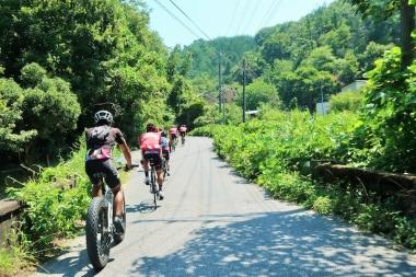 アップダウンを経て山へ入っていく Photo:サイクルスポーツ編集部