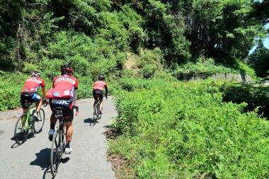山の緑に赤いジャージが映える Photo:サイクルスポーツ編集部